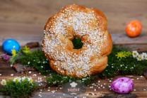 Osterkranz mit Hagelzucker, frisch gebacken