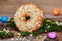 Glutenfreier Osterkranz mit Steuseln, frisch gebacken - glutenfrei